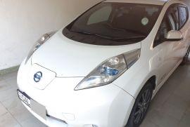 White Nissan LEAF 2015